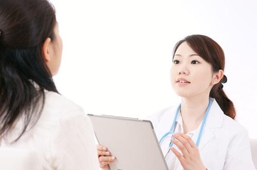診察を受ける女性と女医