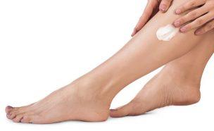 足にクリームを塗る女性