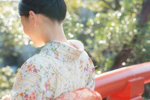 着物を着ている女性の首元