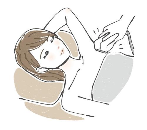 脱毛する女性
