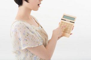 電卓で計算する女性