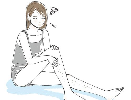 足のムダ毛がぶつぶつしている女性