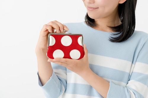 お財布を持っている女性