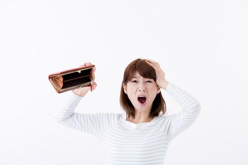 お財布を見てびっくりする女性