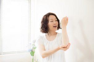 腕にクリームを塗る女性