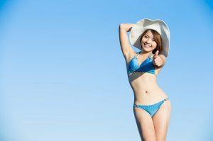 青いビキニの水着を着ている女性
