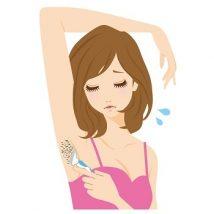 カミソリでワキを剃る女性