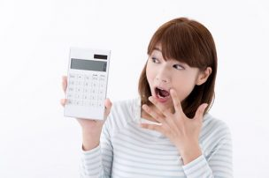 電卓を見て驚く女性