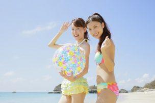 海で水着を着る女性